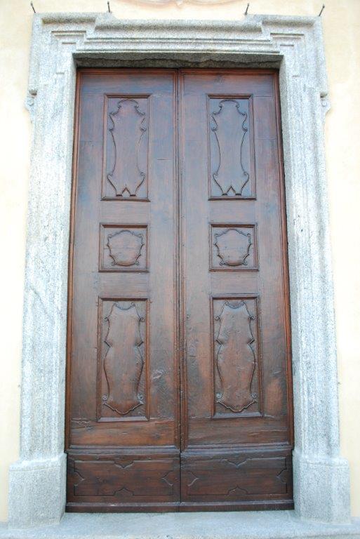 Un restauro di porta in legno eseguito a Perledo